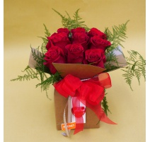 Scatola con 9 rose rosse