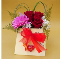 Scatola con 3 rose rosse e 2 orchidee cymbidium