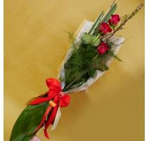 Mazzo di fiori lungo 3 rose rosse con rami di pesco
