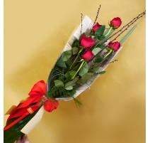 Mazzo di fiori lungo 5 rose rosse con rami di pesco