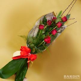 Mazzo di fiori lungo 7 rose rosse con rami di pesco