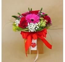 Scatola con 5 rose rosse e fiori misti