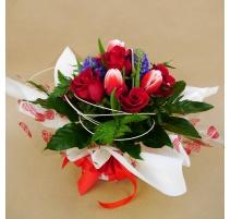 Bouquet con 5 rose rosse e fiori misti giacinti e tulipani