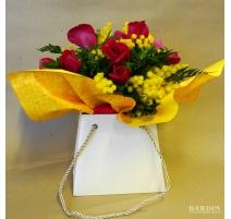 Mazzo di fiori misti con mimosa bouquet