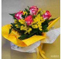 Mazzo di fiori rose con mimosa bouquet