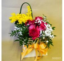 Composizione fiori misti con mimosa su spugna
