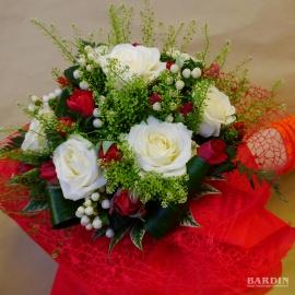 Mazzo di fiori misti con rose bianche