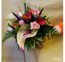 Mazzo di fiori misti con corda
