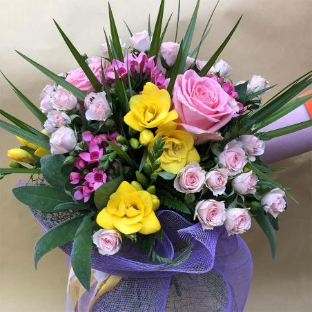 Bouquet misto con rose e fresie