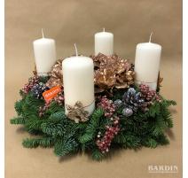 Centrotavola natalizio con 4 candele rosse e pino fresco