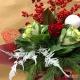Mazzo di fiori invernale con rose, brassiche e ilex
