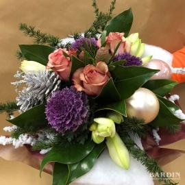 Mazzo di fiori invernale natalizio con rose, brassiche e amarilly