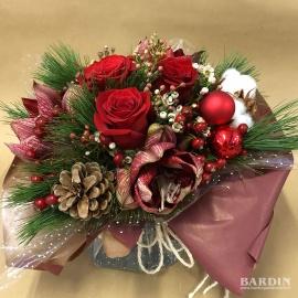 Bouquet di fiori invernale con Amaryllis e rose rosse