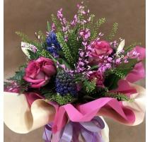 Bouquet di fiori primaverile con giacinti, rose e tulipani