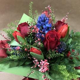 Bouquet di fiori primaverile con giacinti, rose e tulipani con riserva