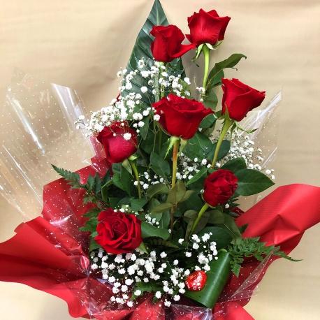 Mazzo di 7 rose rosse gambo lungo con riserva d'acqua