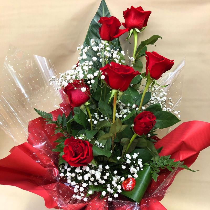 Mazzo di fiori lungo 7 rose rosse con riserva d'acqua - Eshop Bardin Gardencenter