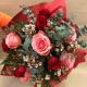Mazzo di fiori con rose rosse e rosa