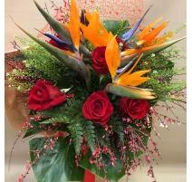 Mazzo di fiori con rose sterlizie e ginestra