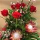 Mazzo di fiori con rose rosse e protee