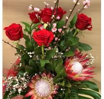 Mazzo di fiori con rose protee King
