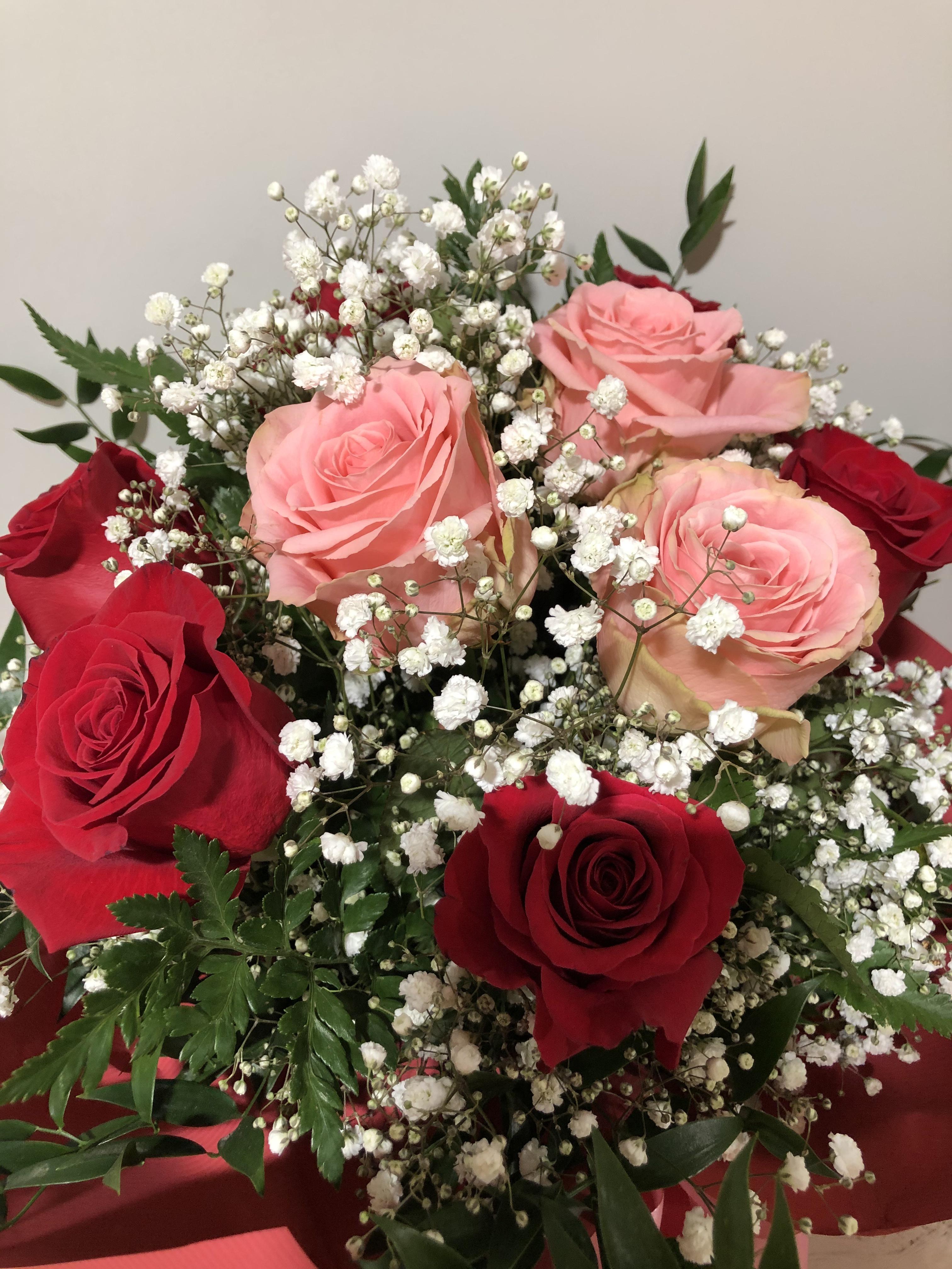Mazzo Di Fiori E Rose.Mazzo Di Fiori Con Rose Rosse E Rosa Eshop Bardin Gardencenter